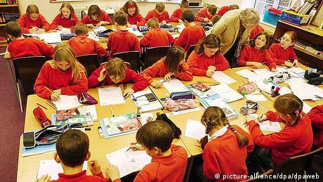 Großbritannien Grundschule Kinder mit Schuluniformen