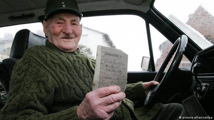 Deutschland 100-Jähriger fährt noch Auto (picture-alliance/dpa)