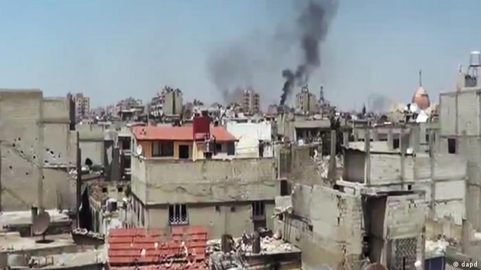 In this image made from amateur video released by the Shaam News Network and accessed Monday, May 28, 2012, purports to show black smoke rising from buildings in Homs, Syria. U.N. envoy Kofi Annan called Monday on every individual with a gun in Syria to lay down arms, saying he was horrified by a weekend massacre that killed more than 100 people, including women and small children. (Foto:Shaam News Network via AP video/AP/dapd) TV OUT, THE ASSOCIATED PRESS CANNOT INDEPENDENTLY VERIFY THE CONTENT, DATE, LOCATION OR AUTHENTICITY OF THIS MATERIAL