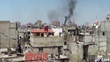 Majengo mjini Homs yakitoa moshi baada ya kushambuliwa.