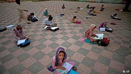 Pakistan Schule Unterricht im Park in Islamabad