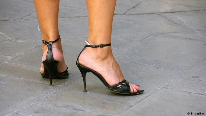 Damenbeine in Stöckelschuhen (Foto: Bilderbox)