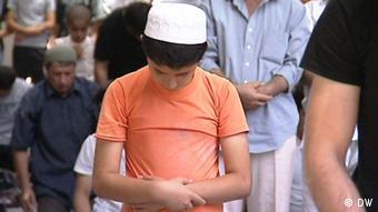 قوانین تاجیکستان شرکت جوانان زیر ۱۸ سال را در نماز جمعه ممنوع میکند