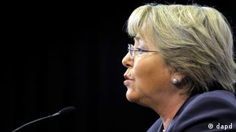 U.N. Women Executive Director, and former President of Chile, Michelle Bachelet, speaks during a press conference at the presidential palace in Montevideo, Uruguay, Thursday Nov. 10, 2011. (AP Photo/Matilde Campodonico) Michelle Bachelet - geschäftsführende Direktorin der UN-Frauen-Organisation UN Women