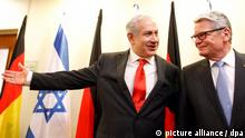 epa03241796 German President Joachim Gauck (R) is welcomed by the Prime Minister of Israel Benjamin Netanyahu in Jerusalem, Israel, 30 May 2012. The German head of state is on an official visit to Israel and the Palestinian territories. EPA/Lior Mizrahi / POOL +++(c) dpa - Bildfunk+++