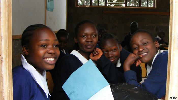 Schülerinnen einer Schule in Kenia für Learning by Ear