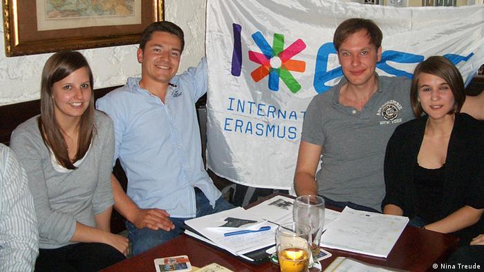 Dkupina studenata iz Erasmus programa veselo sjedi zajedno