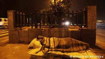 An Indian homeless man on the footpath at night near red fort in New Delhi, (Photo: EPA/HARISH TYAGI +++(c) dpa - Bildfunk)
