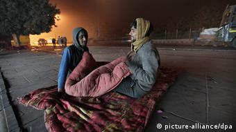 Indian homeless men prepare to sleep on the footpath at night near red fort in New Delhi, India, (Photo: EPA/HARISH TYAGI +++(c) dpa - Bildfunk)