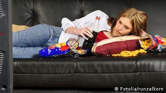 Ввечері... вдома... перед телевізром...з жирними картопляними чіпсами