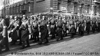 Arrow Cross Party marching in Budapest Bundesarchiv, Bild 101I-680-8283A-13A / Faupel / CC-BY-SA