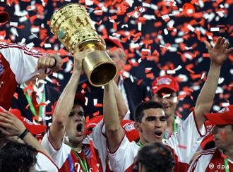 Members of the 2005 Bayern team lift the German Cup