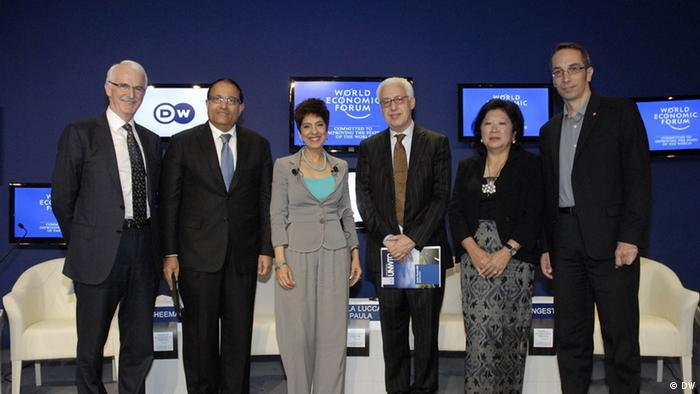 DW Talkrunde beim WEF Ostasien in Bangkok. Von links nach rechts: Gerald Lawless, Executive Chairman, Jumeirah Group, United Arab Emirates; S. Iswaran, Minister, Prime Minister's Office; Second Minister for Home Affairs; Second Minister for Trade and Industry of Singapore Amrita Cheema, Anchor, Deutsche Welle (DW), Germany Márcio Favilla Lucca de Paula, Executive Director, Competitiveness, External Relations and Partnerships , World Tourism Organization (UNWTO), Madrid, Spain Mari Elka Pangestu, Minister of Tourism and Creative Economy of Indonesia; Global Agenda Council on New Models of Travel & Tourism Sébastien Marot, Executive Director, Friends-International, Cambodia; Social Entrepreneur
