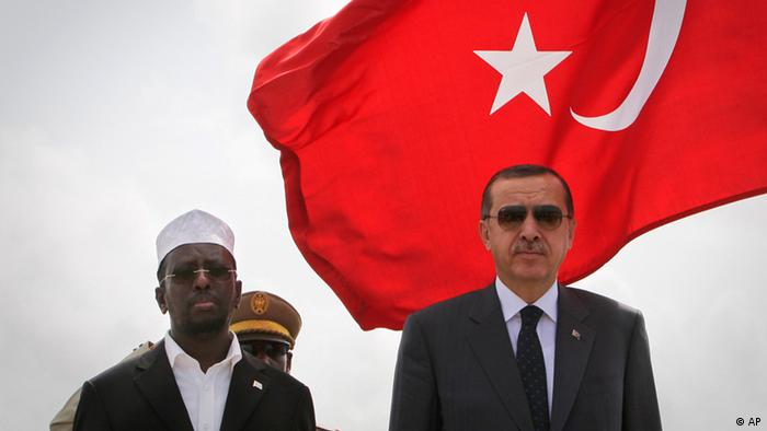 In this photo provided by the African Union-United Nations Information Support Team, Somali President Sheik Sharif Sheik Ahmed, left, and Turkish Prime Minister Recep Tayyip Erdogan, right, listen to the national anthems following Erdogan's arrival at Aden Abdulle International Airport, Mogadishu, Somalia, Friday, Aug. 19, 2011. Turkey's prime minister is in Mogadishu to visit aid camps and open a Turkish Red Crescent-run camp and field hospital. (Foto:AU-UN IST, Stuart Price/AP/dapd)