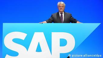 Der Aufsichtsratsvorsitzende und SAP-Mitbegründer Hasso Plattner posiert am Mittwoch (25.05.2011) vor einem Logo während einer Hauptversammlung in der SAP Arena in Mannheim. Die beiden Vorstandssprecher müssen sich auf der Hauptversammlung vor allem auf kritische Fragen zu den juristischen Auseinandersetzungen in den USA wegen Datendiebstahls und einer Patenrechtsverletzung einstellen. Foto: Ronald Wittek dpa/lsw
