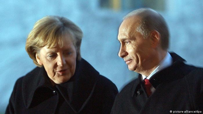 Bundeskanzlerin Angela Merkel (CDU) und der russische Ministerpräsident Wladimir Putin unterhalten sich am Freitag (16.01.2009) in Berlin auf dem Weg zu ihrem Gespräch im Bundeskanzleramt. Im Mittelpunkt des auf eine Stunde geplanten Gesprächs steht der ungelöste Gasstreit zwischen Russland und der Ukraine. Die Kanzlerin will bei Putin darauf drängen, den seit drei Wochen schwelenden Konflikt kurzfristig zu beenden. Telefonisch hatte Merkel bereits am Donnerstag die Führung in Kiew dazu aufgefordert. Foto: Alina Novopashina dpa/lbn +++(c) dpa - Report+++