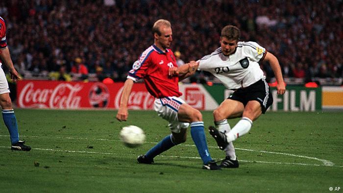 Oliver Bierhoff schießt im Finale der Europameisterschaft 1996 aus etwa 15 Metern mit dem linken Fuß auf das tschechische Tor. Mit dem Schuss entscheidet der deutsche Nationalspieler das Spiel.