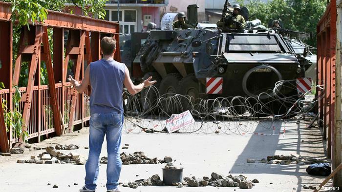 Ein kosovarischer Serbe stellt sich deutschen KFOR-Soldaten bei Zvecan entgegen (Foto: Reuters)