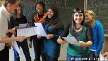 Flüchtlinge lachen und lernen (Foto: Waltraud Grubitzsch)