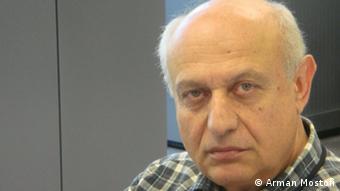 آرمان مستوفی مدیر رادیو فردا: از حدود یک سال پیش ارگانهای امنیتی ایران افراد فامیل، بستگان و حتی خویشاوندان دور کارکنان رادیو فردا را احضار میکنند و در مورد خویشاوندانشان که در رادیو فردا کار میکنند، از آنها بازجویی میکنند.