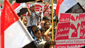 Egyptian protesters shout slogans against Presidential candidate Ahmed Shafiq, who was forced to step down as prime minister after Mubarak's ouster last year, during a protest in Tahrir Square, in Cairo, Egypt, Friday, June 1, 2012. Several hundred protesters rallied Friday in Cairo's Tahrir Square, the birthplace of the Egyptian uprising. (Foto:Amr Nabil/AP/dapd)