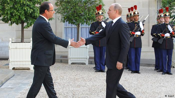 French President Francois Hollande, left, greets his Russian counterpart Vladimir Putin at the Elysee Palace in Paris, Friday, June. 1, 2012. The two presidents will attend a dinner later Friday evening. (Foto:Jacques Brinon/AP/dapd)