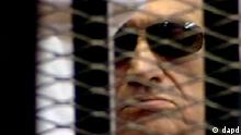 In this video image taken from Egyptian State Television, 84-year-old former Egyptian president Hosni Mubarak is seen in the defendant's cage as a judge reads the verdict in on charges of complicity in the killing of protesters during last year's uprising that forced him from power, in Cairo, Egypt, Saturday, June 2, 2012. Egypt's ex-President Hosni Mubarak has been sentenced to life in prison after a court convicted him on charges of complicity in the killing of protesters during last year's uprising that forced him from power. (Foto:Egyptian State TV/AP/dapd) EGYPT OUT