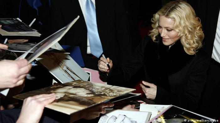 """Pop-Star Madonna gibt am Mittwoch (13.02.2008) in Berlin auf der Berlinale bei ihrer Ankunft zur Premiere ihres Films """"Filth and Wisdom"""" im Zoo Palast Autogramme. Der Film """"Filth and Wisdom"""" läuft als Panorama-Special bei den 58. Internationalen Filmfestspielen. Foto: Rainer Jensen dpa/lbn +++(c) dpa - Report+++"""