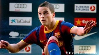 epa02506112 Dutch new midfielder of F.C. Barcelona Ibrahim Afellay poses with his new jersey during his official presentation to the media, in Barcelona, northeastern Spain, 24 December 2010. Affelay, 24, was signed by Barca from PSV Eindhoven for 3 million euros. EPA/TONI ALBIR +++(c) dpa - Bildfunk+++