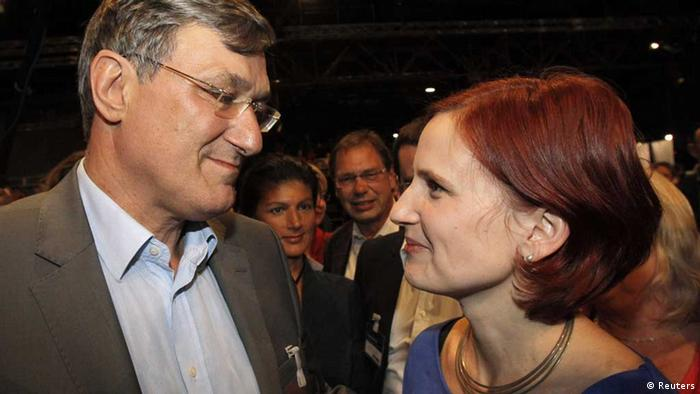 Katja Kipping (R) and Bernd Riexinger, new leaders of Germany's left wing Die Linke party, look at each other after being elected at a federal party congress in Goettingen June 2, 2012. REUTERS/Alex Domanski - eingestellt von gri