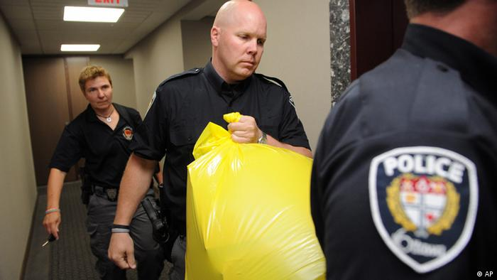 A police officer removes a package from the Conservative Party headquarters in Ottawa, Ontario, on Tuesday, May 29, 2012. A severed human foot was mailed to the headquarters of Canada's Conservative party and another body part was discovered when police intercepted a second suspicious package, police said Tuesday. (Foto:The Canadian Press, Sean Kilpatrick/AP/dapd)