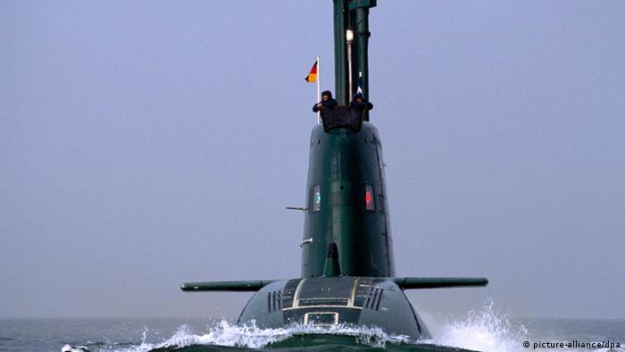 Ein U-Boot der Dolphin-Klasse bei einer Fahrt im Meer (Foto: picture-alliance/dpa)