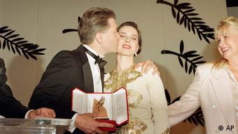 Isabella Rossellini wird von David Lynch geküsst (Foto: AP)