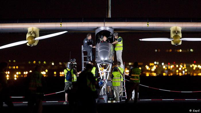 Die Solar Impulse wird gechecked. (AP Photo/Alberto Di Lolli)