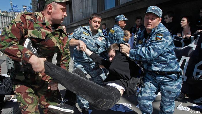 Russian police detain protesters outside the parliament building in Moscow, Russia, on June 5, 2012. The protestors were demonstrating against a bill restricting public rallies. (Photo:Misha Japaridze/AP/dapd)
