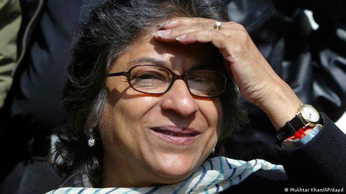 Pakistani human rights activist Asma Jahangir addresses the media during a press conference in Srinagar, India, Saturday, March 8, 2008 (AP Photo/Mukhtar Khan)