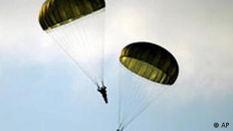 Fallschirmspringer feiern das Ende des Zweiten Weltkriegs