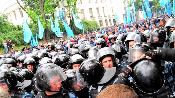 Protesters clash with police in Kyiv. Photo by DW correspondent Alexandr Savitski 05.06.2012