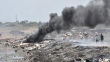 Ein Kühlschrank brennt am Ufer der Lagune. Fotograf der Bilder: Samuel Burri, Deutsche Welle Aufnahmedaten 2011 Stichwörter: Ghana, Umwelt Elektroschrott Umweltgift Gift Müll Accra Müllkippe
