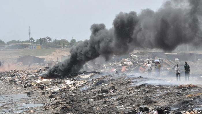 A burning refridgerator on a landheap in Ghana. Photo: Samuel Burri, Deutsche Welle Aufnahmedaten 2011 Stichwörter: Ghana, Umwelt Elektroschrott Umweltgift Gift Müll Accra Müllkippe