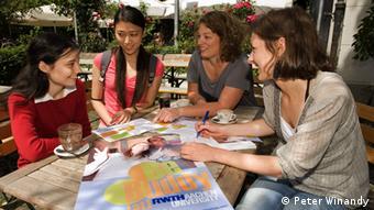 Studierende sitzen im Betreuungsprogramm des International Office der RWTH Aachen zusammen Copyright: Peter Winandy