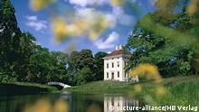 Das Schloss Luisium im Gartenreich Dessau-Wörlitz bei Dessau spiegelt sich in einem See. Die Kulturlandschaft des Gartenreichs Dessau-Wörlitz besteht vor allem aus mehreren Landschaftsparks nach englischem Vorbild. Es umfasst eine Fläche von 142 Quadratkilometern und gehört seit dem Jahr 2000 zum UNESCO-Welterbe. Dessau liegt im Bundesland Sachsen-Anhalt in Deutschland.(Undatierte Aufnahme)