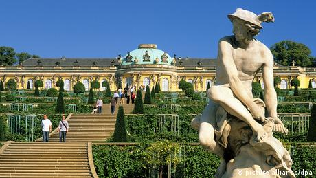 Sanssouci Palace with steps leading down the terraces to a statue in Potsdam (picture-alliance/dpa)