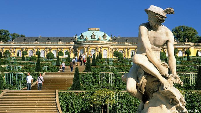 Знаменитий палац Сан-Сусі в Потсдамі Літня резиденція прусського короля Фрідріха II, відомого під прізвиськом Старий Фріц, розташована в Потсдамі. Назва Сан-Сусі, в перекладі означає безтурботний, говорить про бажання короля знайти затишний притулок. Палац і парк часто називають прусським Версалем, і з 1990 року вони є частиною Всесвітньої культурної спадщини ЮНЕСКО.