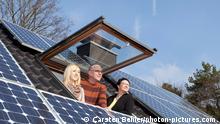 Drei Leute schauen aus einem Dachfenster(Carsten Behler/photon-pictures.com)