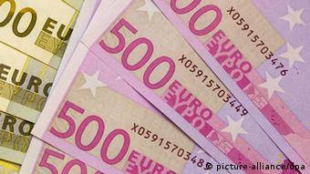 ARCHIV - ILLUSRTATION - Blick auf Euro-Geldscheine, aufgenommen am 06.11.2008 in Frankfurt (Oder). Nach heftigem Streit in der EU sind die geplanten schärferen Eigenkapitalregeln für Europas Banken in Sicht. Sie sollen wie geplant Anfang 2013 in Kraft treten. Die EU-Finanzminister haben ihren Beschluss am Donnerstag (03.05.2012) in Brüssel wegen des Widerstands von Großbritannien zunächst vertagt.Foto: Patrick Pleul dpa (zu dpa 0804 vom 03.05.2012) +++(c) dpa - Bildfunk+++