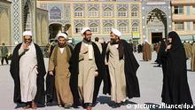 Iranische Geistliche verlassen am 17. Februar 2000 die religiöse Schule von Faizeh in der heiligen Stadt Ghom im Iran. Die Stadt beherrbergt das Fatima-Heiligtum und die Gräber mehrerer Safawidenherrscher und ist ein Wallfahrtsort der Moslems schiitischen Glaubens. ( Schiitische Geistliche in Qom Iran )
