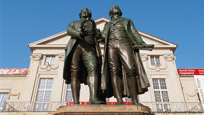 Goethe and Schiller statue at the Nationaltheater in Weimar (picture-alliance/DUMONT Bildarchiv)