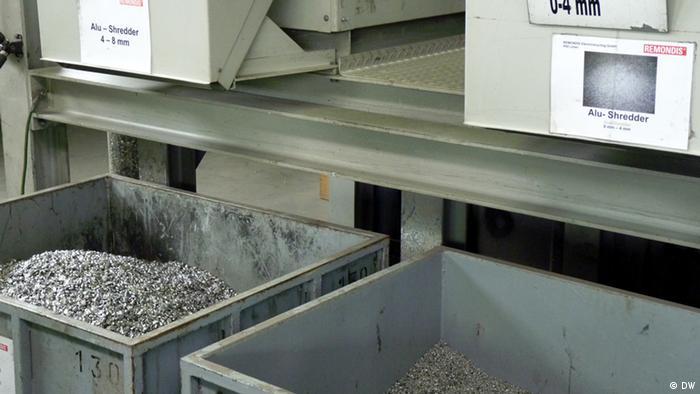 Zwei Container mit verschieden beschaffenen Aluminiumspänen. Diese wurden durch eine Sortieranlage mit Infrarotsensor und Druckluftsortierung separiert (Foto: DW/Fabian Schmidt)