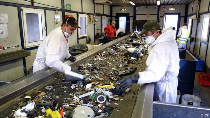Vorsortierung mit Schadstoffentfrachtung bei der Firma Remondis in Lünen. Hier werden Elektroschrottteile vorsortiert und schadstoffhaltige Bestandteile entfernt (Foto: DW/Fabian Schmidt)